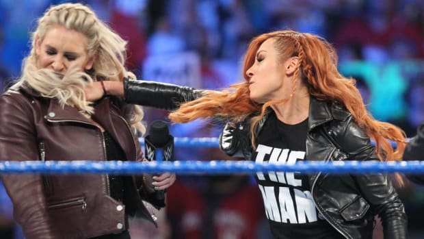 Becky-Lynch-punch-Charlotte-Flair